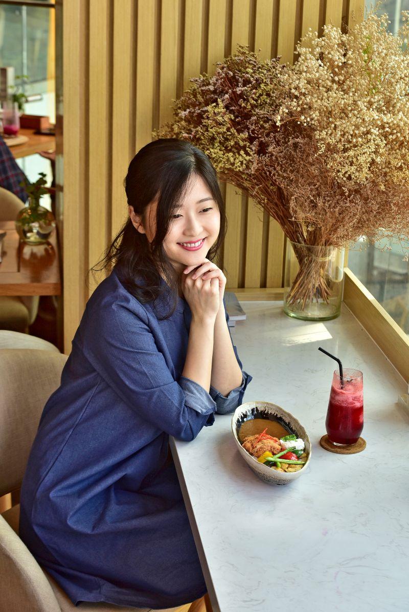 Akari thưởng thức cơm cà ri Nhật